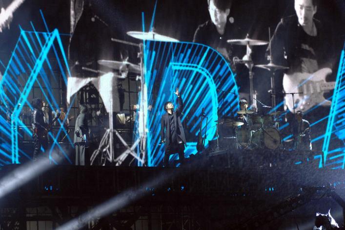 天團五月天暌違8年再度站上臺北跨年晚會舞臺,以「離開地球表面」及「玫瑰少年」等多首嗨歌開場。