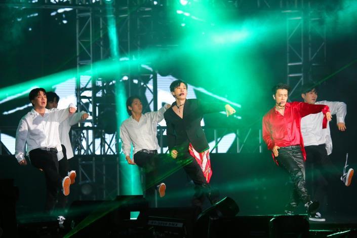 韓國人氣天團Super Junior子團D&E 帥氣登上臺北跨年晚會現場,以熱情組曲嗨翻現場民眾,掀起跨年高潮。