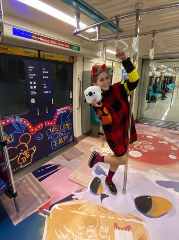 DJ圓圓為2020台北燈節北捷專屬列車進行開箱直播,吸引了超過3萬人次在線觀看