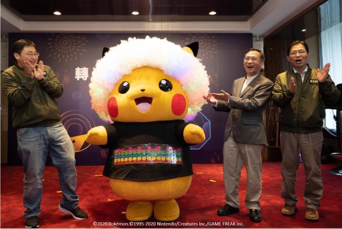 台北市副市長蔡炳坤(右2)、副秘書長簡哲宏(右1)、觀傳局劉奕霆局長(左)共同邀請民眾參與踩街大遊行