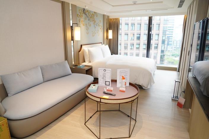 房間備有體溫計及75%消毒酒精供住客量測體溫及消毒.JPG