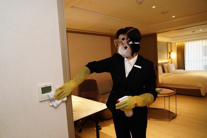 飯店業者依照旅館防疫手冊規定進行消毒.JPG
