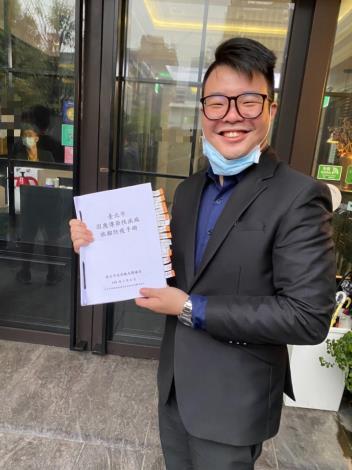 飯店負責人研讀旅館防疫手冊,逐一註記並請所有員工熟記在心、照表操課。