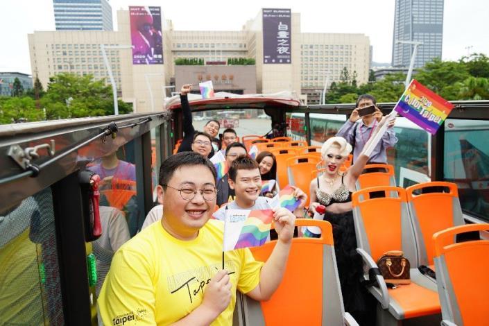 北市觀傳局規劃的「期間限定彩虹觀光巴士Tour」自10月3日起熱鬧登場,歡迎大家來參加