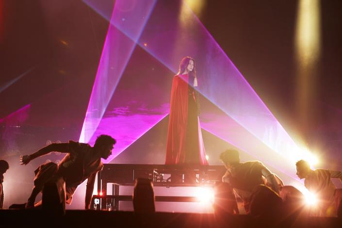 文青女神Hebe田馥甄首先開場,以療癒嗓音替臺北跨年晚會揭開序幕。