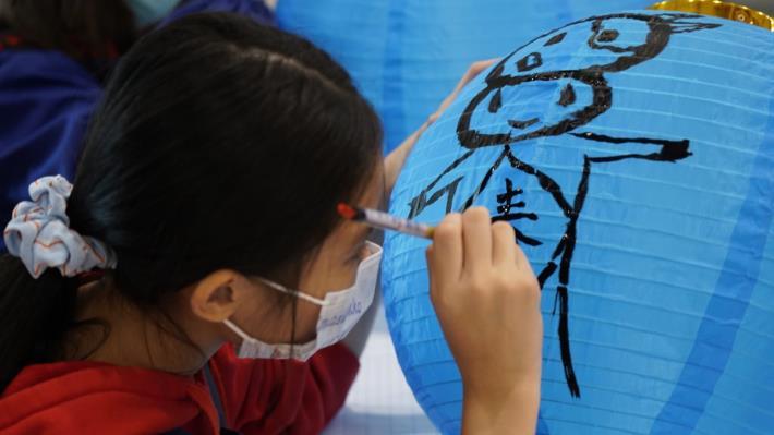 參與學生全心繪製創作屬於自己的牛年燈籠。