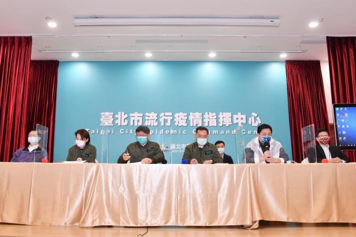 臺北市柯文哲市長召開記者會宣布延後台北燈節及取消年貨大街活動。