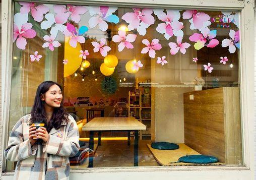 花現巷弄-杜鵑花窗貼遍布溫羅汀,成為網美拍照朝聖地_