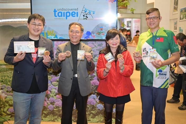 臺北館開幕貴賓宣傳品牌亮點車輪餅及花草茶包聯名商品