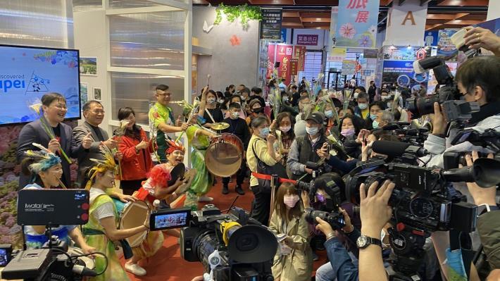 現場民眾手持海芋與舞台區嘉賓及身聲劇團合照