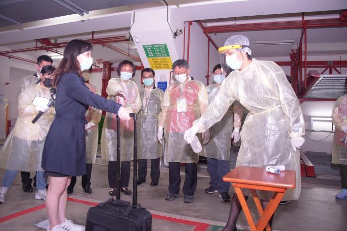 柯文哲市長視察防疫旅館,現場抽問旅館人員說明居檢者接待流程、環境清潔消毒及廢棄物清理等
