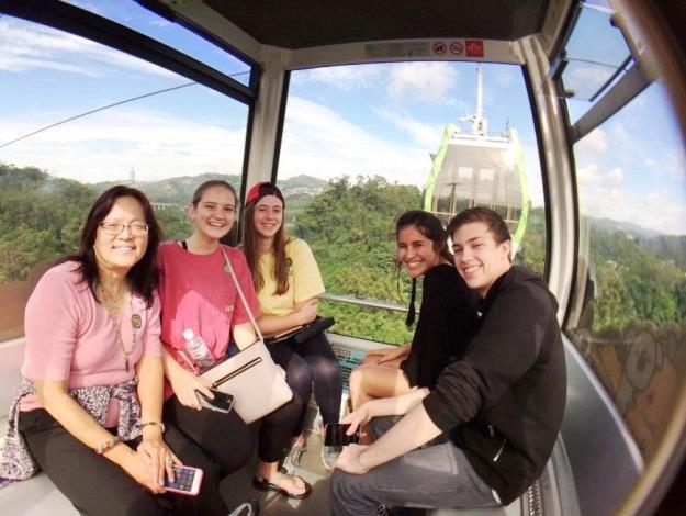 國外旅客搭乘貓空纜車,一窺貓空美麗山景-照片來源MyTaiwanTour 飛亞旅行社