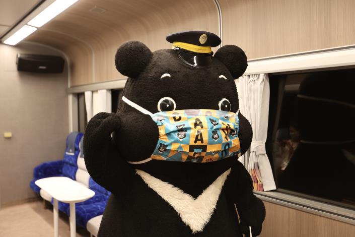 北市吉祥物熊讚Bravo擔任一日列車長,可愛模樣吸引旅客合影.JPG