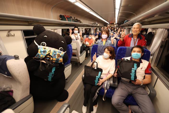熊讚列車長驚喜現身鳴日號,帶給全車旅客難忘經驗.JPG