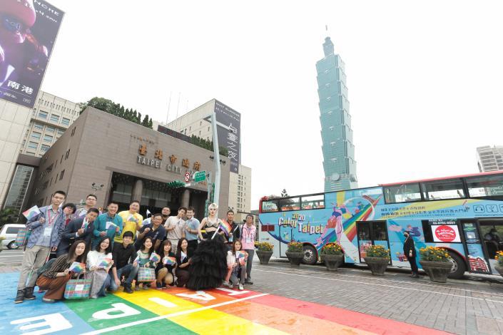 0圖說3眾所期待的第2座彩虹地景「彩虹起跑線」已於926完成,成為台北新景點
