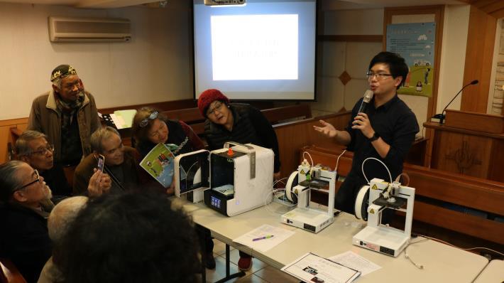 資訊局替銀髮族開設3D列印課程,提供數位學習機會,跟上時代潮流。[開啟新連結]