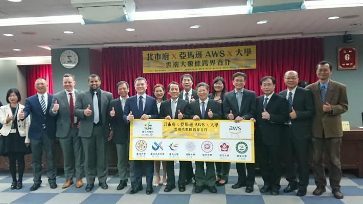 北市府攜手亞馬遜 AWS與7所大學今(6)日共同啟動大數據跨界合作記者會。圖左至右:臺北市政府資訊局陳慧敏主任秘書、亞馬遜 AWS Ahim Kho(Head of Ecosystems Partner, Hong Kong and Taiwan)、亞馬遜 AWS Jed Sundwall(Global Lead Open Data, AWS)、亞馬遜 AWS Dean Samuels(Head of S.JPG