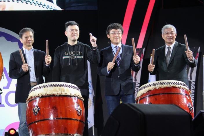 資訊局李維斌局長(左1)與現場貴賓一起擊鼓為活動進行開幕。[開啟新連結]