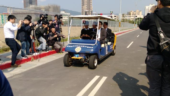 林欽榮副市長(後左)及資訊局李維斌局長(後右)搭乘臺大「自動駕駛概念車」[開啟新連結]