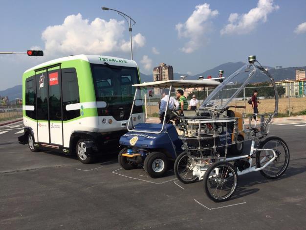 圖左至右:喜門史塔雷克「自動駕駛小巴」、臺大「自動駕駛概念車」、北科大及MIT「PEV(Persuasive Electric Vehicle)」[開啟新連結]