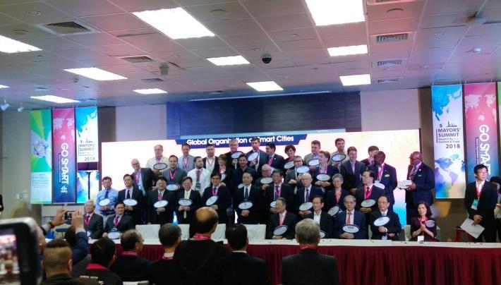 各國海外城市首長代表、產學研智慧城市產業代表一一上台簽署[開啟新連結]