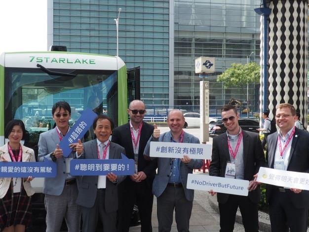 林欽榮副市長與國外貴賓在戶外展示區體驗自駕小巴的便利,並開心合影。[開啟新連結]
