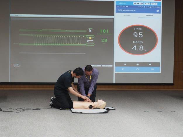 來自澳洲、蒙古2國的貴賓參訪臺大醫院並親手操作CPR,此為應用於高品質心肺復甦之智慧手錶的新科技。[開啟新連結]