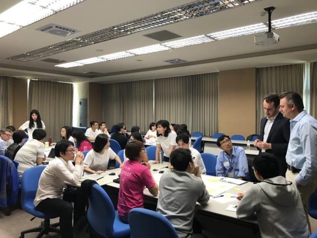 參與工作坊學員與講師共同討論。