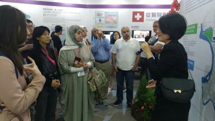 來自科威特的代表團仔細聽取展區導覽介紹 對臺北市智慧城市建設表達了高度興趣。[開啟新連結]