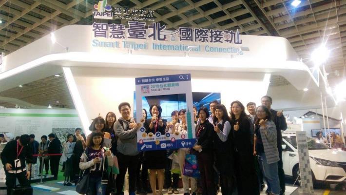 亞洲大學參觀團一一了解臺北市各項新創科技應用 開心留下合影。[開啟新連結]