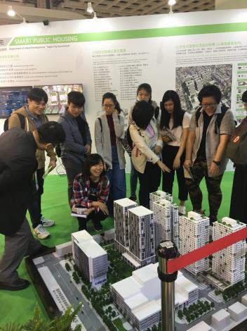 參觀者對於公宅模型展示高度興趣,提出許多問題與現場人員交流。[開啟新連結]