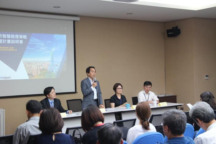 林欽榮副市長(左2)現場與媒體、業者交流,開放北市為實證場域、邀請業者踴躍提案。.JPG[開啟新連結]