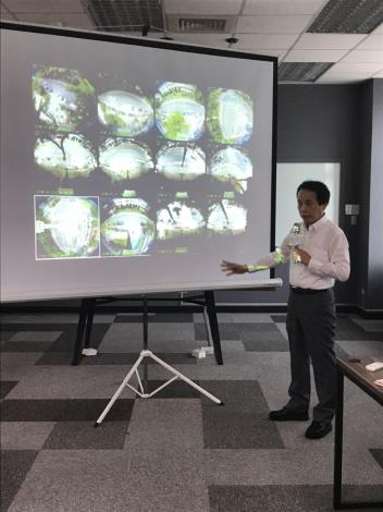 林欽榮副市長說明內湖區智慧路燈的車流、人流偵測畫面。[開啟新連結]