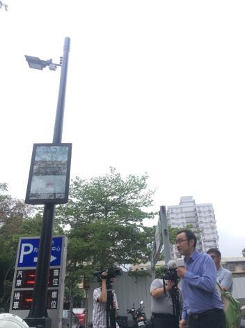 業者說明「內湖區智慧路燈實證場域」目前的運作情形。[開啟新連結]