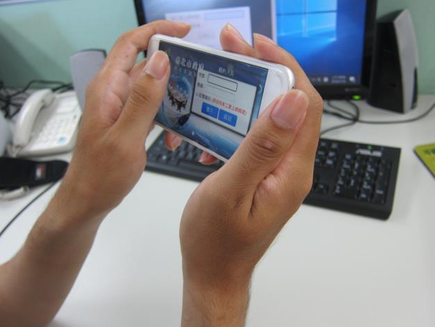 陳璽帆助理設計師以手機操作進入公務系統之畫面。[開啟新連結]