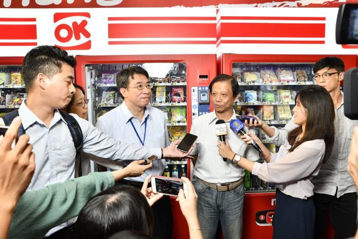 台北市政府資訊局李維斌局長表示這次結合政府及產業能量打造無現金支付體驗專區,歡迎大家來體驗及回饋使用經驗[另開新視窗]