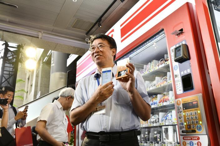 台北市政府副秘書長陳志銘出席「無現金支付體驗專區」啟動記者會致詞並體驗無現金支付消費。[另開新視窗]