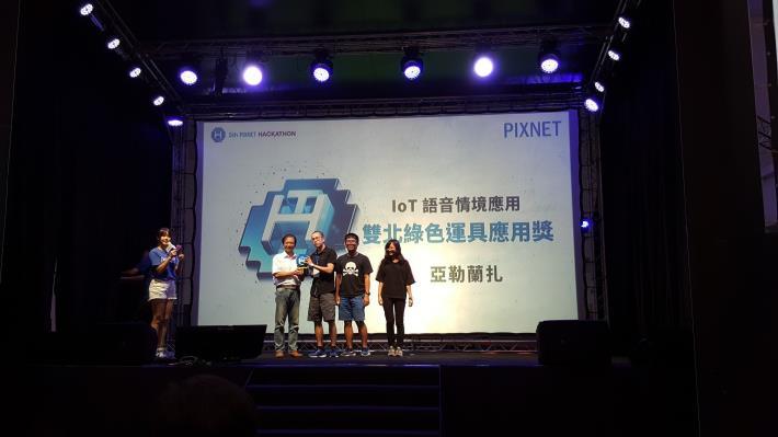 圖說:資訊局李維斌局長(左1)頒發雙北綠色運具應用獎給優勝隊伍─「亞勒蘭札」。