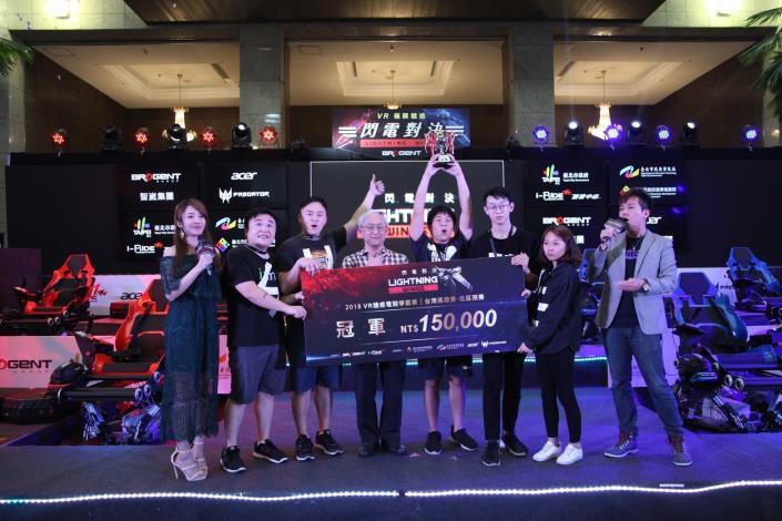 產業發展局王三中副局長頒發冠軍予《36D暈》隊伍。