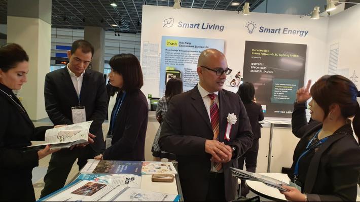 參展人員前來臺北市政府「Smart Taipei與GO SMART」攤位諮詢相關智慧城市推動案例。[開啟新連結]