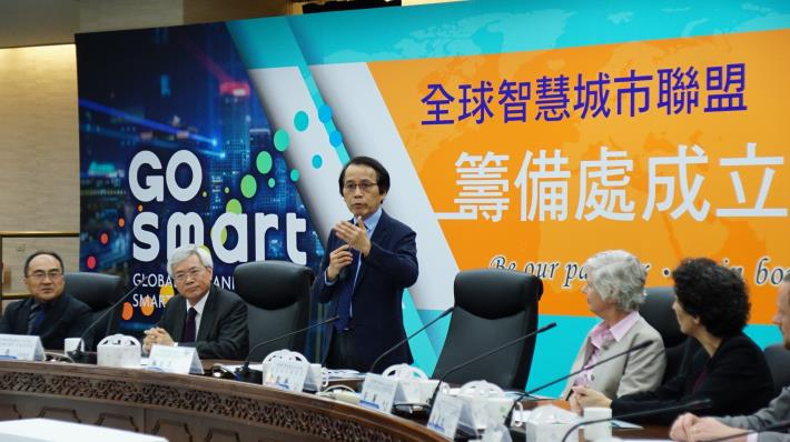 GO SMART發起城市代表臺北市林欽榮副市長(左3) 11月7日出席「全球智慧城市聯盟GO SMART籌備處成立」記者會。[開啟新連結]