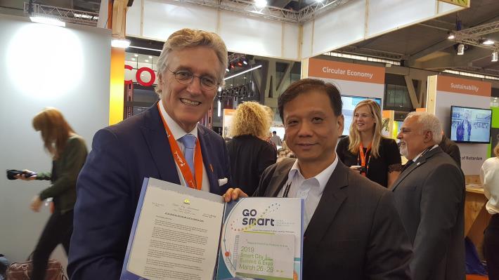 資訊局李維斌局長(圖右)邀請荷蘭恩荷芬市長John Jorritsma參與明年智慧城市展及加入GO SMART。