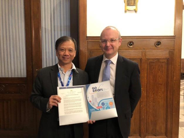 李維斌局長(圖左1)邀請捷克貿工部次長Eduard Muřický參與明年智慧城市展及加入GO SMART。