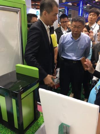 柯文哲市長 (圖中)參觀由臺北智慧城市專案辦公室成功媒合業者的「iTrash智慧垃圾回收整合系統」。[開啟新連結]