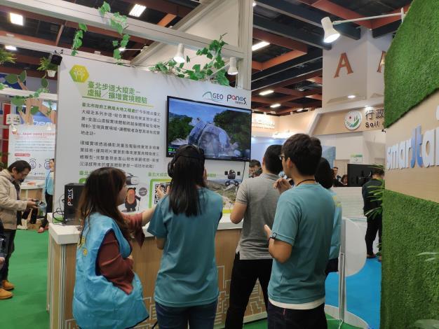 民眾戴起VR體驗臺北大縱走擴增實境。[開啟新連結]