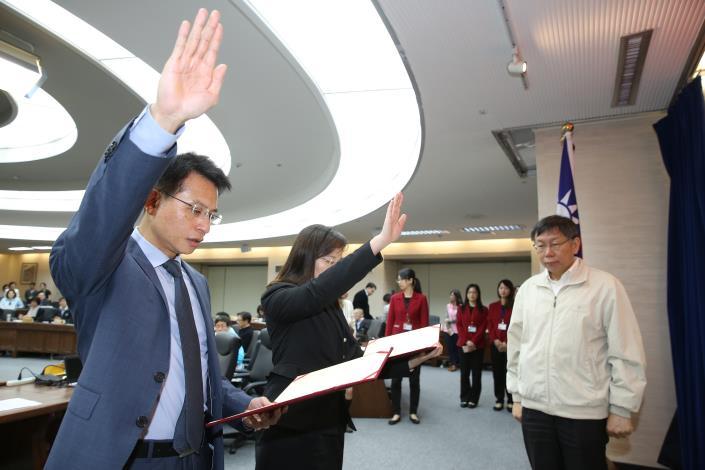 資訊局呂新科局長(圖左)今(15日)出席市政會議首長宣誓就職典禮[開啟新連結]