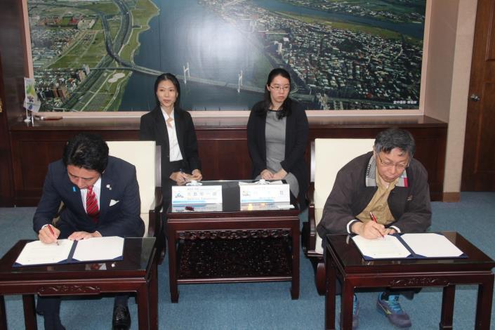 福岡市長高島宗一郎與市長柯文哲(右1)簽署智慧城市合作備忘錄。[開啟新連結]