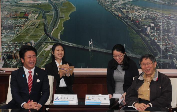 福岡市長高島宗一郎與市長柯文哲(右1)相談甚歡。[開啟新連結]