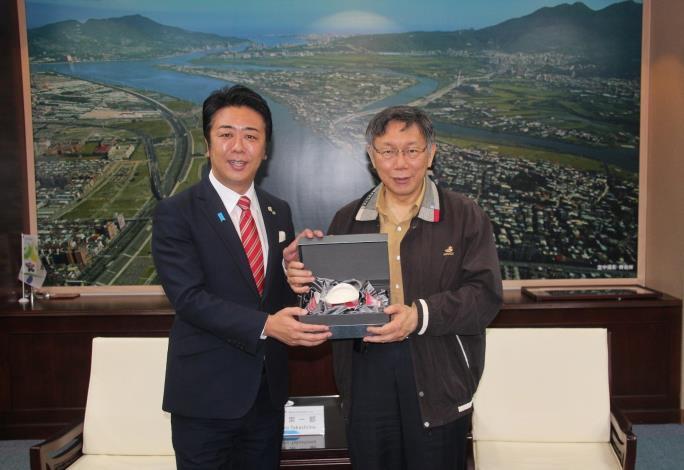 市長柯文哲(右1)贈與紀念品予福岡市長高島宗一郎,見證兩市友誼。[開啟新連結]