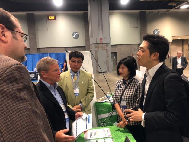 資訊局陳慧敏主任秘書(右2)於GCTC博覽會介紹Smart Taipei計畫